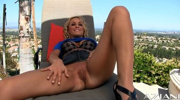 Lexi Swallow - Lexi is glowing, HD