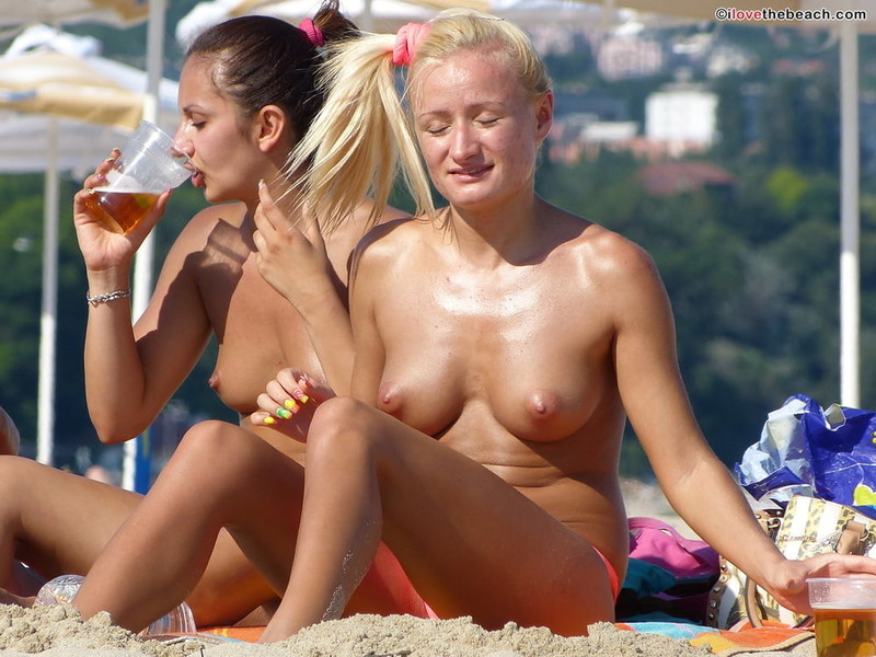 Blond-Naked-Milf-on-the-Beach-for-Topless-Lovers-d7140ni0x5.jpg