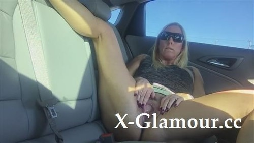 Blonde Girl With Sunglasses Masturbating In The Car [HD]