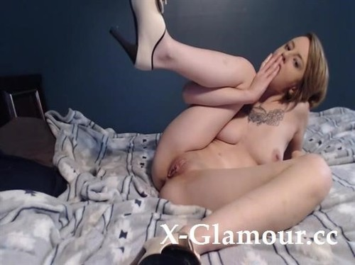 Amateurs - Petite Slut Stuffs Her Tight Pussy With Her Fists [SD/480p]