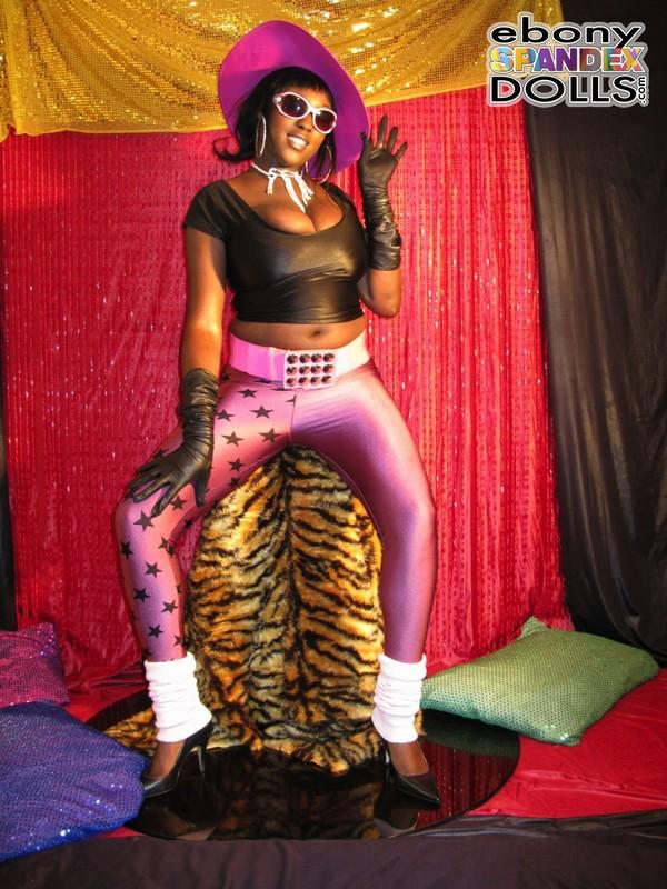ebony milf Oyinka in candid lycra pants
