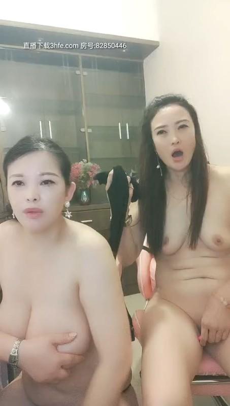 风骚熟女姐妹花露脸镜头前一起骚,跳弹自慰骚逼吃骚姐姐的奶子揉