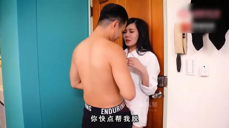国产剧情AV-偷情实录 淫荡人妻在老公面前被干 勃起自尻 荒唐性爱