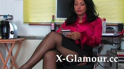 Tanned Mommy Shows Her Bushy Cunt [HD]