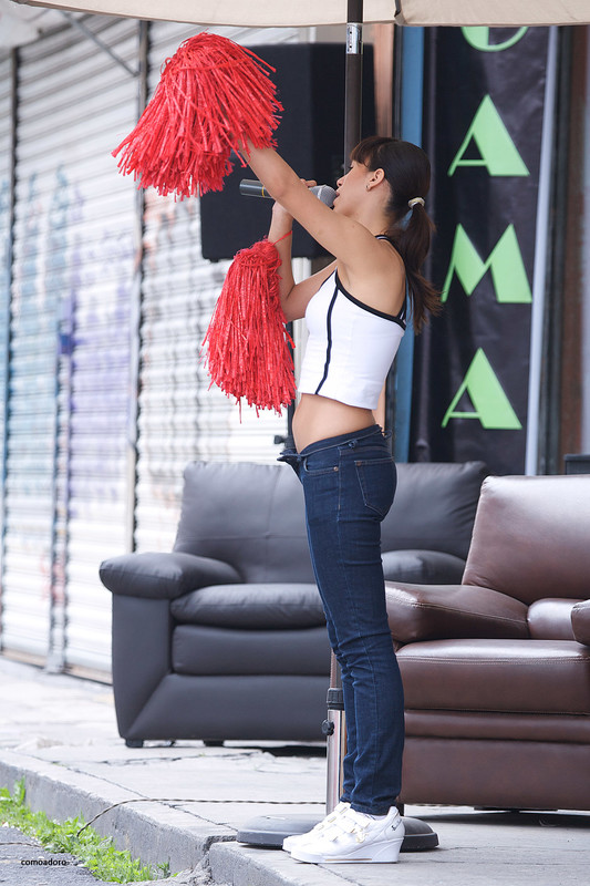 cheerleader babe in sexy jeans