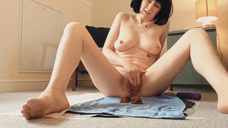 Laceyloumartin1 - Playing with my pussy whilst pooping - peeing [FullHD 1080P]
