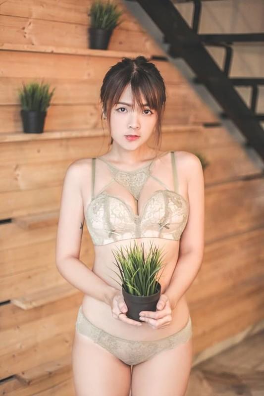 32E性感豪放彩妝師MierYap米兒-葉遭男友流出!親身示範「大口吃雞」