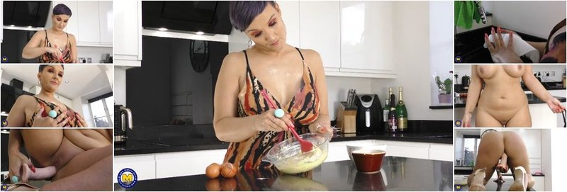 Tiny - Thick MILF Tiny gets wet in her kitchen (FullHD)