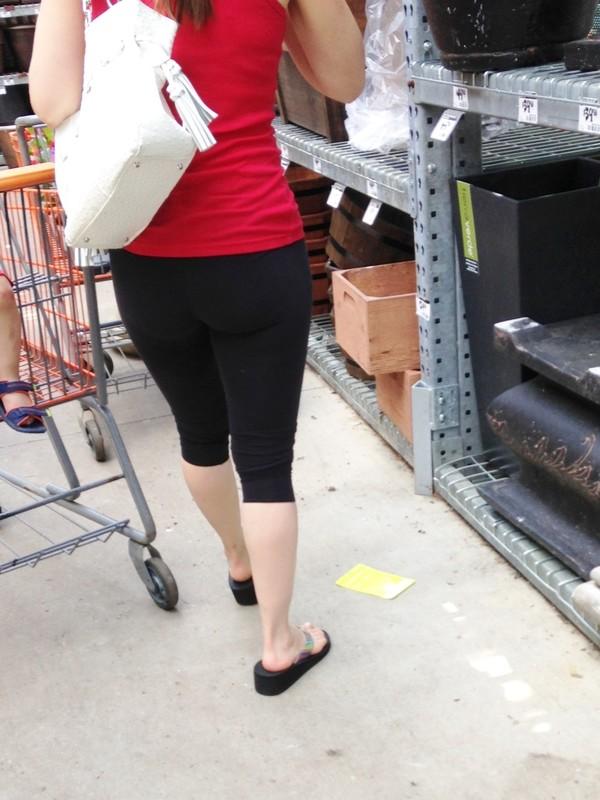 supermarket milf booty in black capri leggings