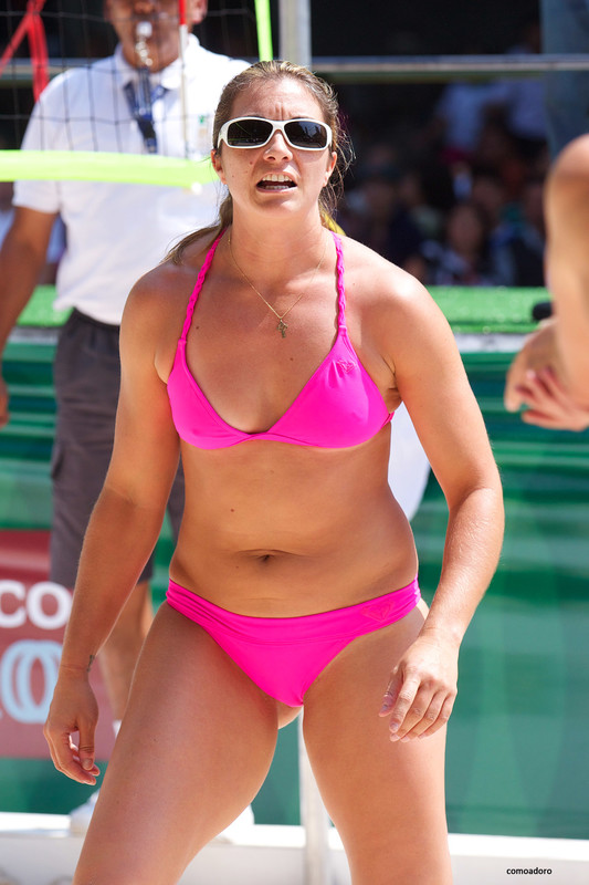 beach volleyball hottie in sexy bikini