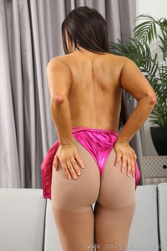 aerobics milf Layla B in pantyhose & purple leotards