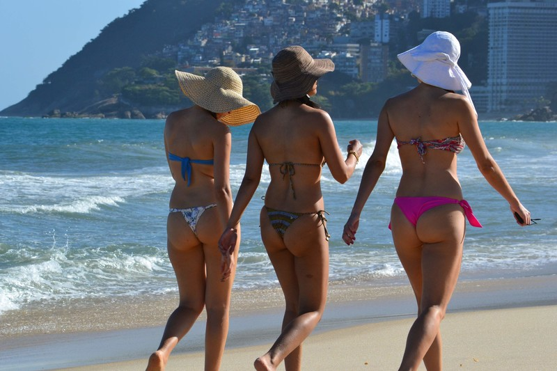 3 lesbian girls candid bikini voyeur photos