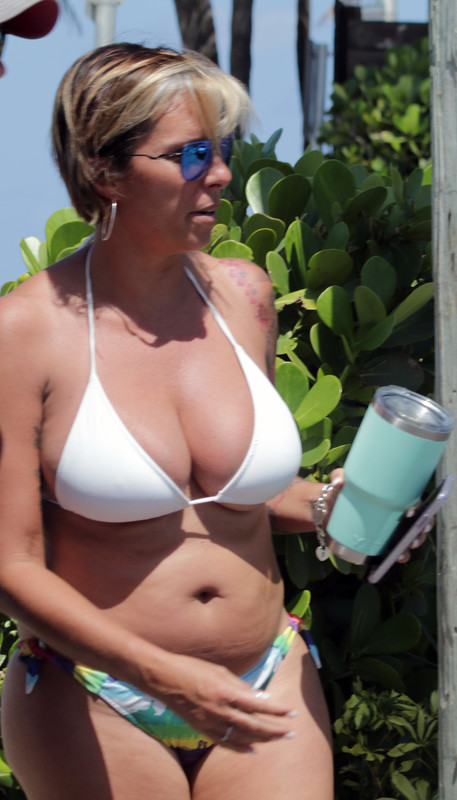 beautiful tourist milfs in bikinis & shorts