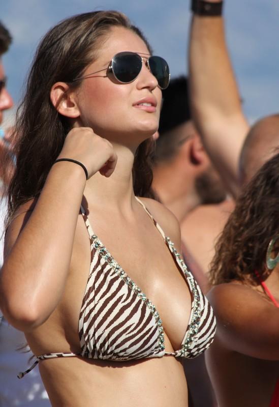 stylish babe in bikini & sunglasses & denim shorts