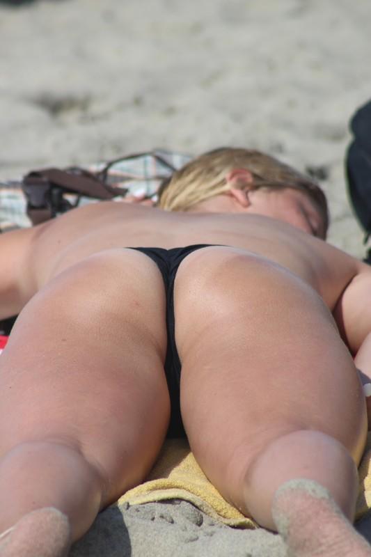 magnificent booty in black bikini