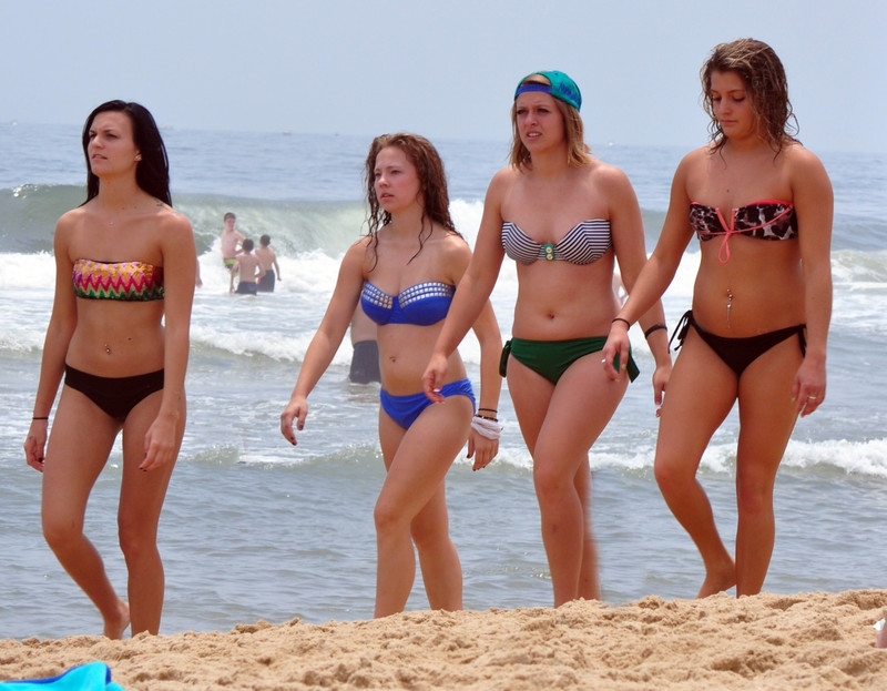 4 beach girls in strapsless bikinis