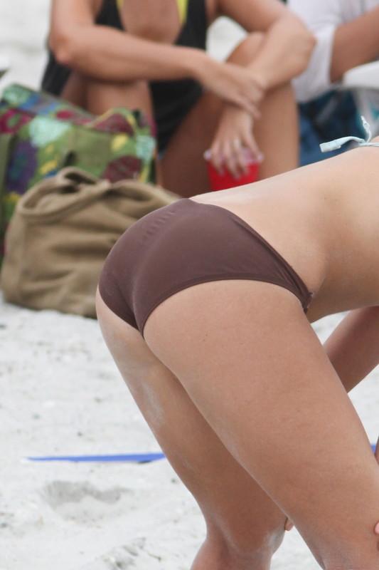 beach vollyball chick in candid bikini