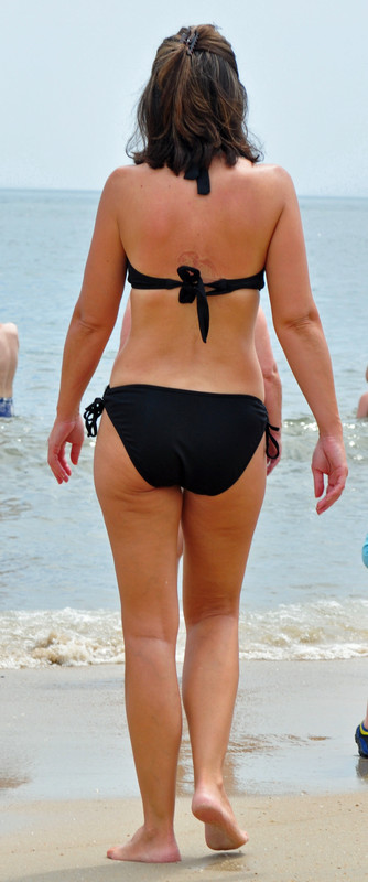 mother and daughter bikini butts