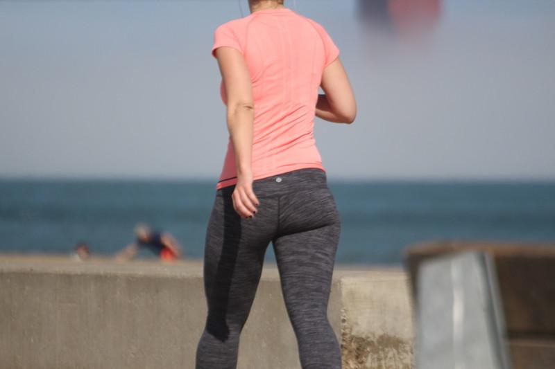 sexy jogger babe in lululemon leggings
