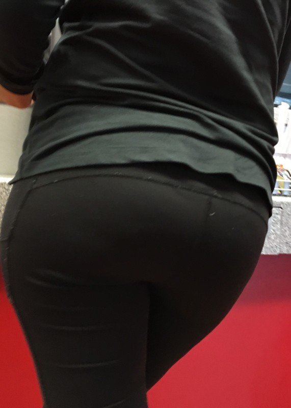 thick bubble booty in black fitness pants