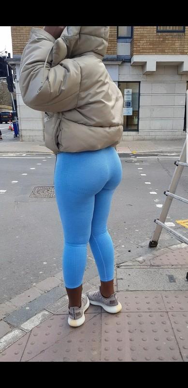 thick ebony bubble butt in blue gymshark leggings