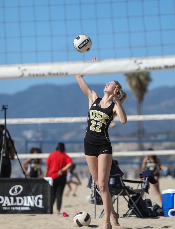 beach volleyball girl in yogashorts