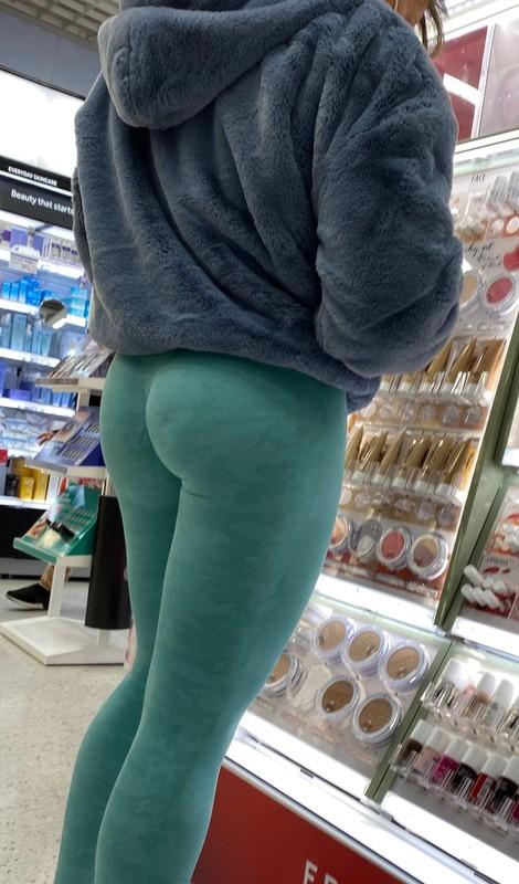 curvy brunette in turquoise gymshark leggings