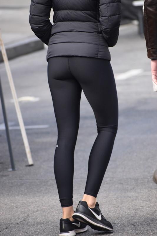pretty booty in black yoga pants