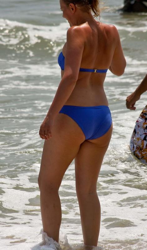 2 big-booty girls enjoy the beach