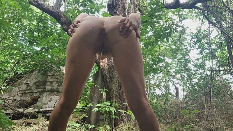 Strong stream of urine behind the house - Watch XXX Online [FullHD 1080P]