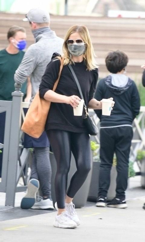 milf actress Sarah Michelle Gellar in black shiny leggings