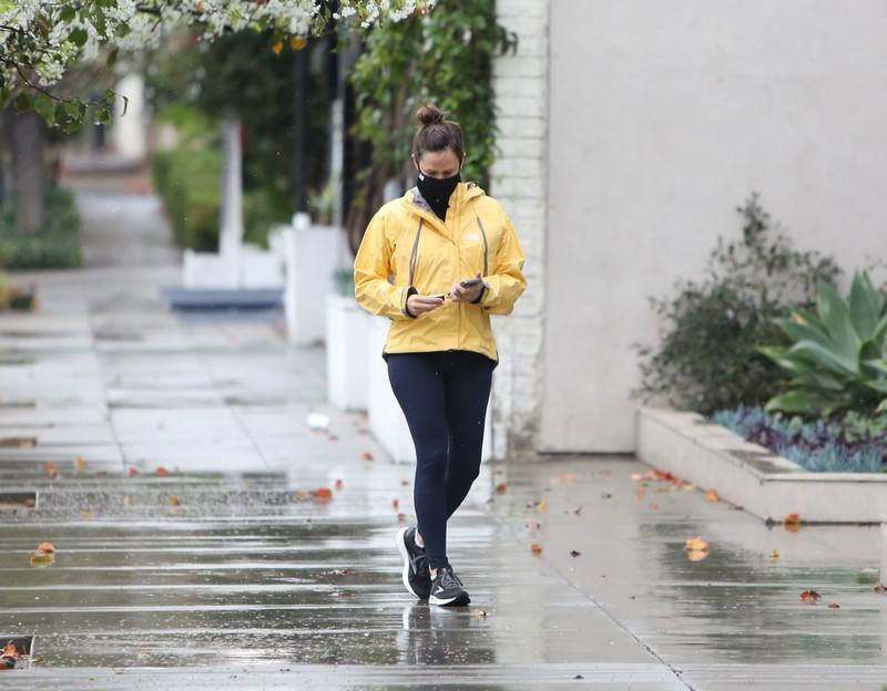 milf actress Jennifer Garner in sexy black leggings