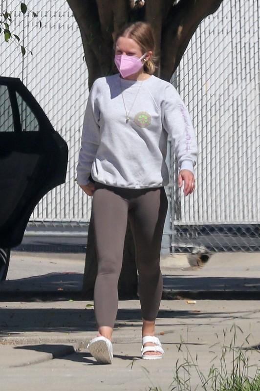 beautiful lady Kristen Bell in candid leggings