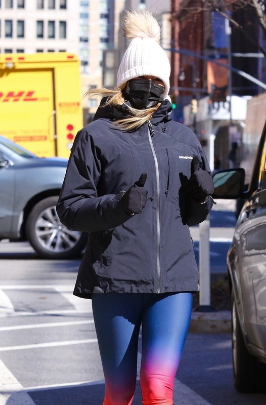 hot jogger lady Kelly Bensimon in sexy leggings