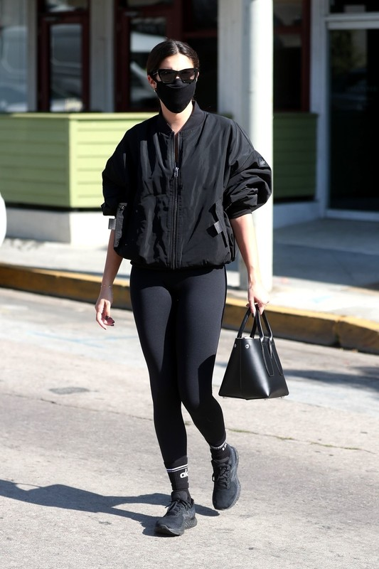 delicious babe Sara Sampaio in sexy black yogapants
