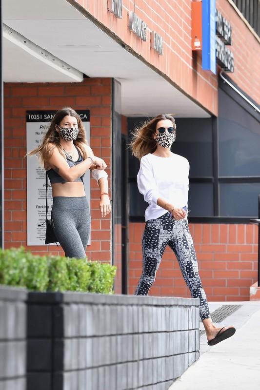 sweet milf Alessandra Ambrosio in candid leggings