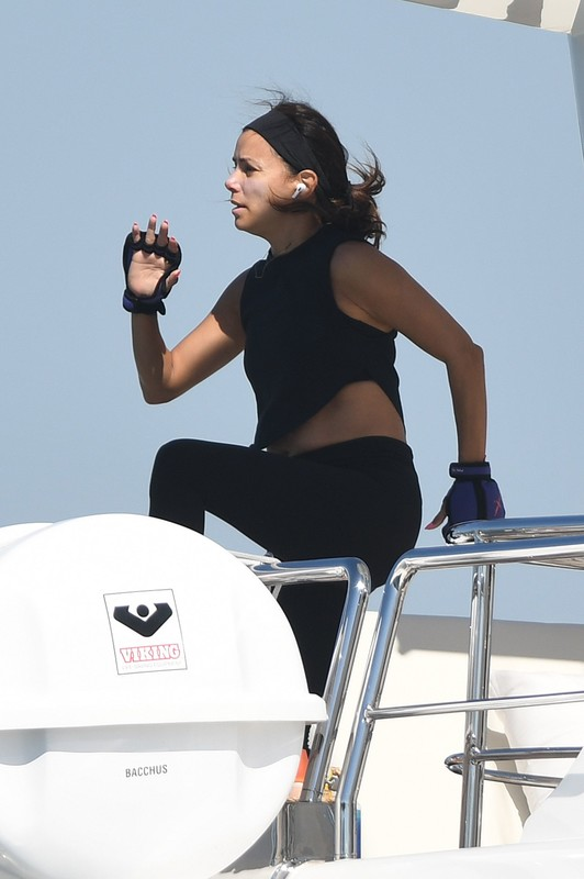 beautiful milf Eva Longoria trampoline workout photos