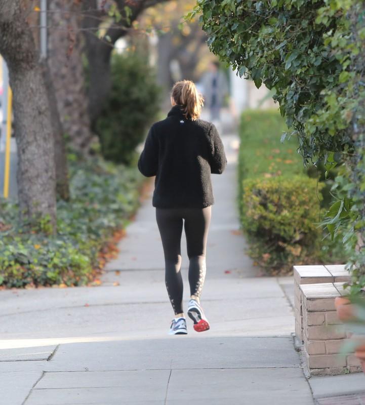 pretty milf Jennifer Garner in black leggings