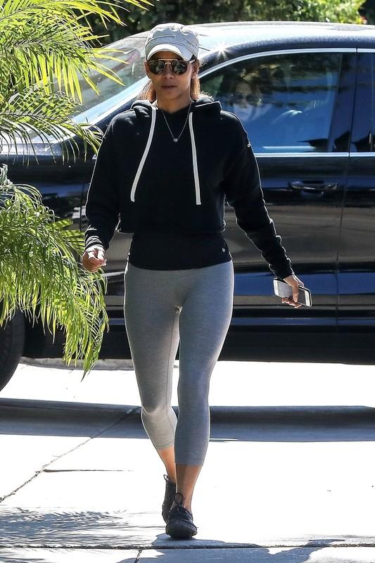 pretty milf Halle Berry in tight sexy grey leggings