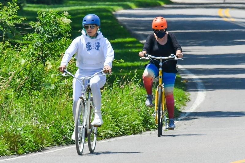 cyclist milf Jennifer Lopez in shiny wetlook leggings