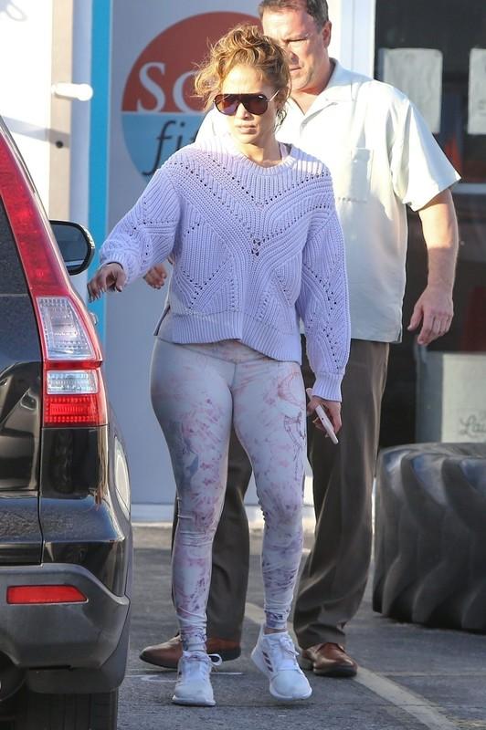 curvy milf Jennifer Lopez in tight spandex pants