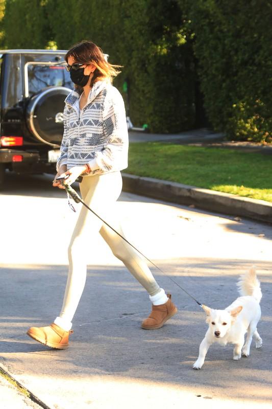 dogwalker chick Kaia Gerber in candid lycra pants