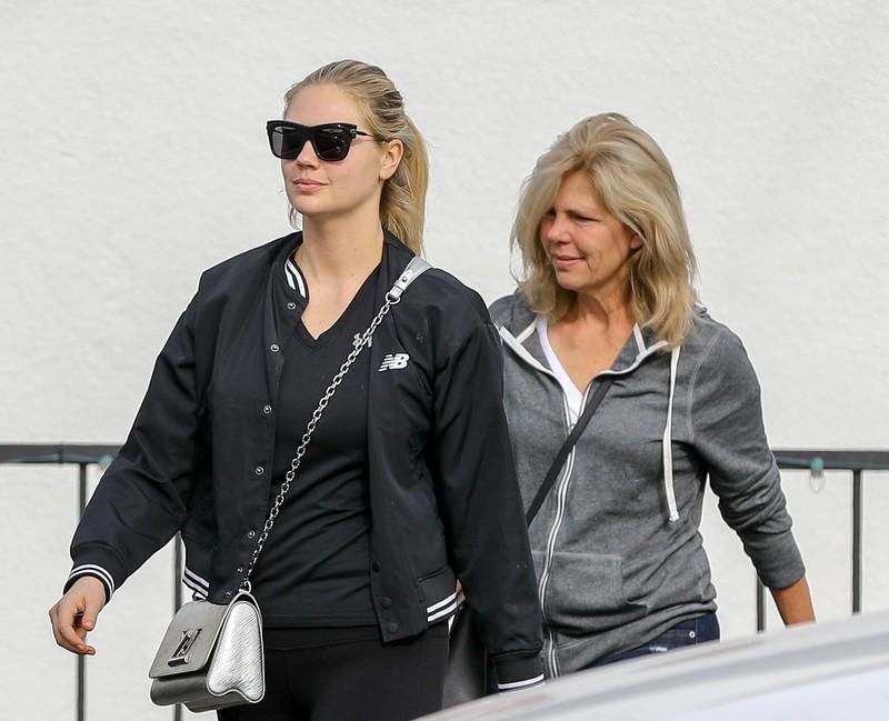 blonde hottie Kate Upton in sexy fitness leggings