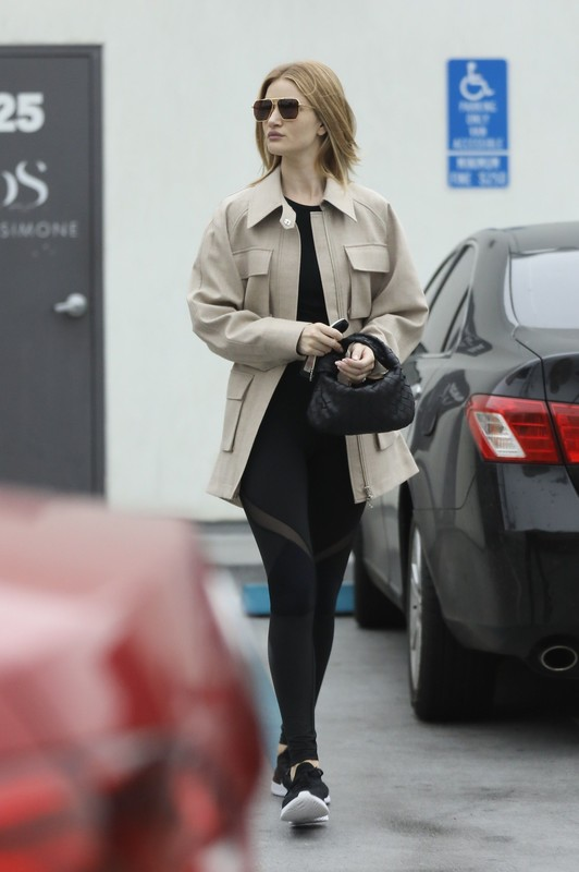 blonde chick Rosie Huntington Whiteley in sexy yogapants