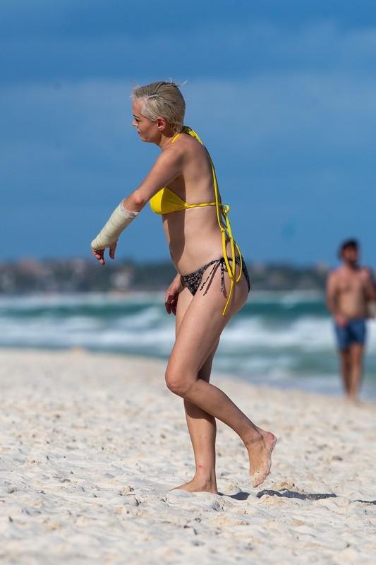 hot mature lady Rose McGowan in sexy bikini