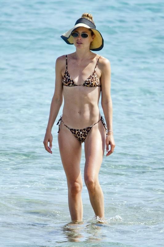 gorgeous babe Doutzen Kroes in leopard print bikini
